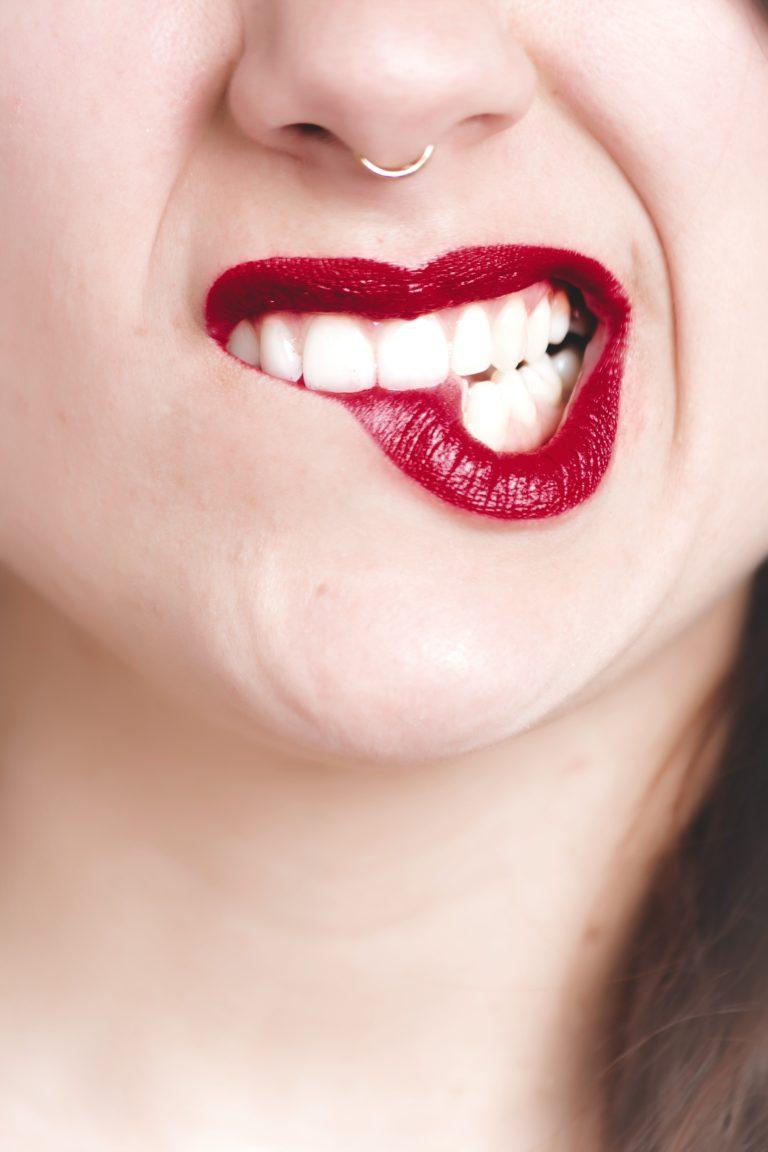 Ból dziąseł? Nieprzyjemny posmak w ustach? Podpowiadamy jak pozbyć się ropy z zęba
